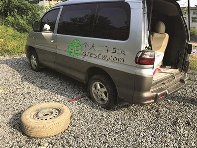 香港新城小区旁一空地上一夜间多辆车轮胎突然破损
