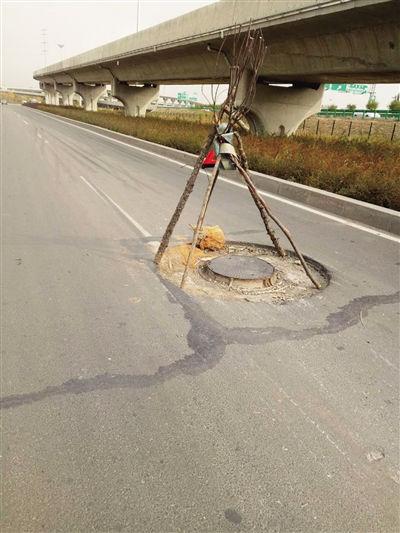 注意!这儿有个井盖会咬轮胎