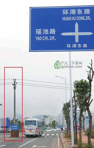电线杆在机动车道上